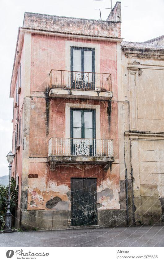 strichweise Starkregen Urelemente Wasser schlechtes Wetter Unwetter Regen Italien Dorf Haus Altbau Stadthaus Altstadthaus Fassade Balkon alt dunkel historisch
