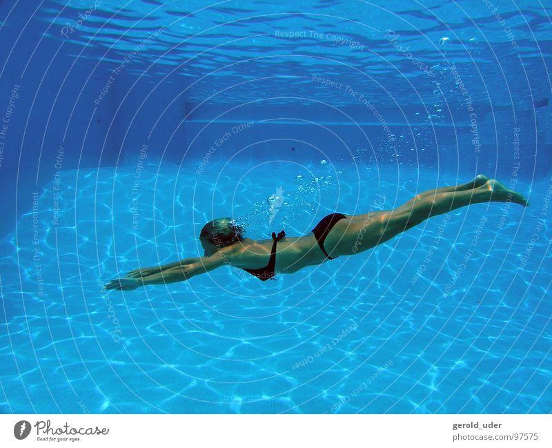 Erfrischung im Pool Frau Wasser Sommer Erholung springen Bewegung Schwimmbad tauchen Bikini Dynamik Schweben Mallorca kühlen Spanien