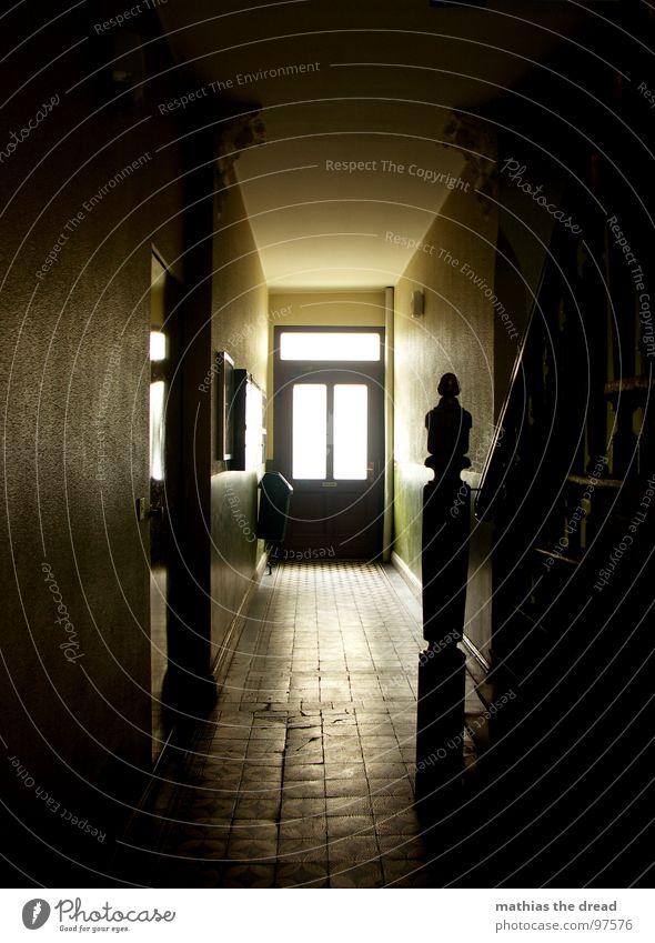am ende kommt immer das licht Flur Treppenhaus Raum dunkel Altbau gelb Licht Fluchtpunkt Holz Putz leer Fenster Briefkasten Geländer Fliesen u. Kacheln