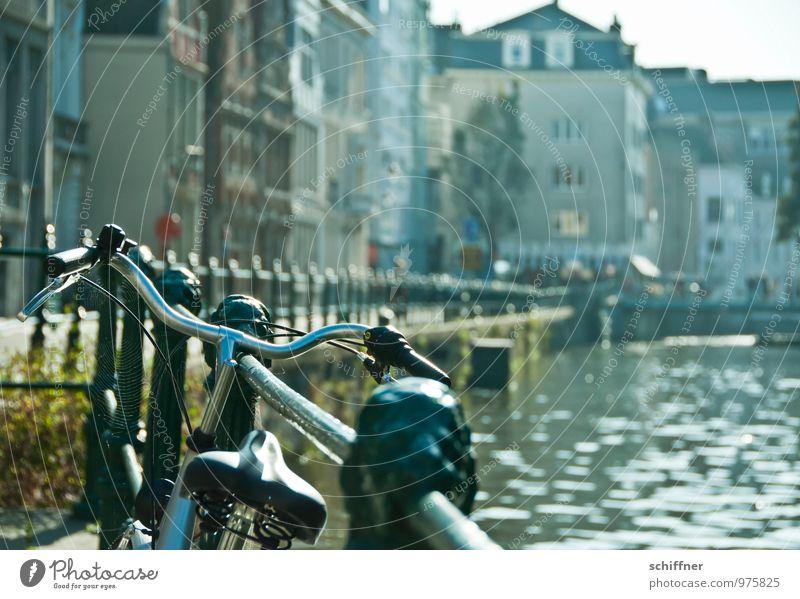 Belgischer Drahtesel Flussufer Stadt Stadtzentrum Altstadt Haus Brücke Bauwerk Gebäude Verkehrsmittel Straße Fahrrad schön Gracht Kanal Treppengeländer anlehnen