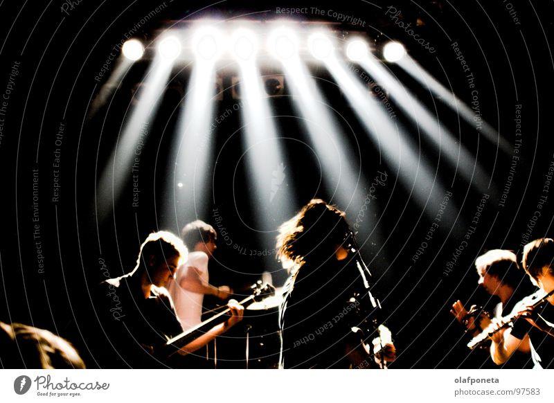 Blue Angel Lounge Konzert weiß dunkel Spielen Stimmung Musik mehrere Kabel Show Musikinstrument Schnur Rockmusik Gitarre Stiefel Mikrofon Scheinwerfer