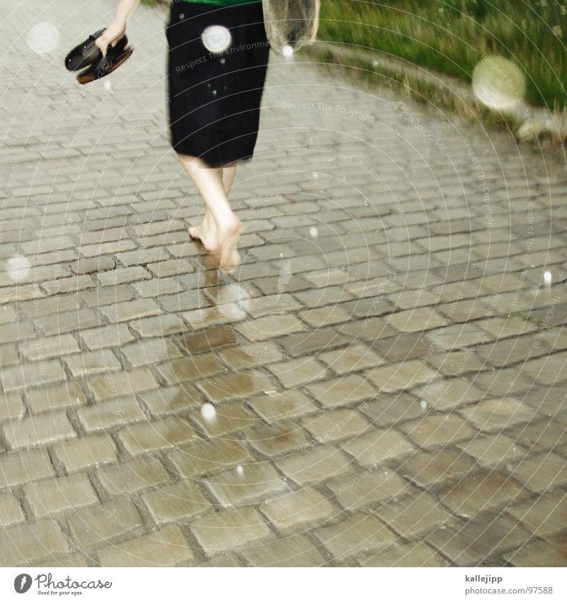 sommerregen Kleid Barfuß Regen Schuhe Blume Holzschuhe Muster Asphalt Teer heiß Sommer Schwüle leicht luftig schön Frau feminin gehen Gesäß Fußgänger Stadt Gras