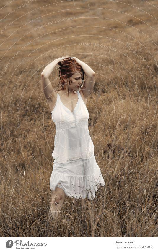 Wash away Porträt Gras Kleid Feld Frau Wiese genießen träumen nass feucht braun Sommer Regen grün schön Gewitter Sepia Natur Erholung