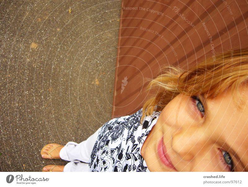 Look in the sky Fröhlichkeit Flipflops weiß Garage blond Stirn Top T-Shirt träumen Blick Freude Jugendliche Janina Straße Haare & Frisuren lachen Auge Nase Erde