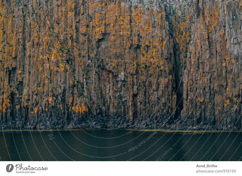 Basaltwand Ferien & Urlaub & Reisen Ausflug Abenteuer Natur Landschaft Urelemente Felsen Vulkan Wellen Küste Seeufer Bucht außergewöhnlich braun grün orange
