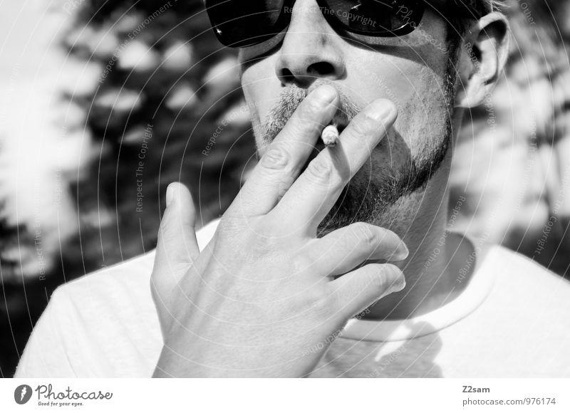 C. Lifestyle elegant Stil maskulin Junger Mann Jugendliche 30-45 Jahre Erwachsene T-Shirt Baseballmütze Bart Denken Erholung genießen Rauchen Blick stehen