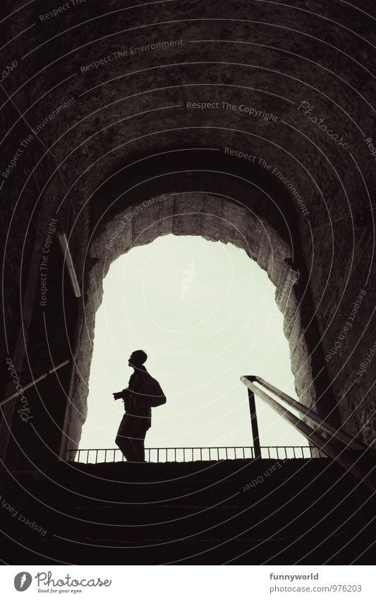 Sil-hou-ette Frau Erwachsene 1 Mensch Tourismus Silhouette Fotokamera warten Ausgang Sightseeing Gewölbe Reisefotografie Fotografieren Schatten oben