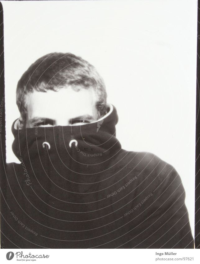 Fotosession 4 Mann weiß schwarz Gesicht Auge Fotografie Junger Mann maskulin verstecken Kapuze Stirn kurzhaarig vermummen Photo-Shooting Kurzhaarschnitt