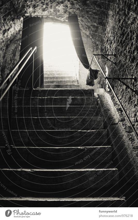 way up Mauer Wand Treppe träumen Sehnsucht Angst Beginn geheimnisvoll Hoffnung gleißend hell Vorhang Bühne unten oben Gewölbe Schwarzweißfoto Innenaufnahme
