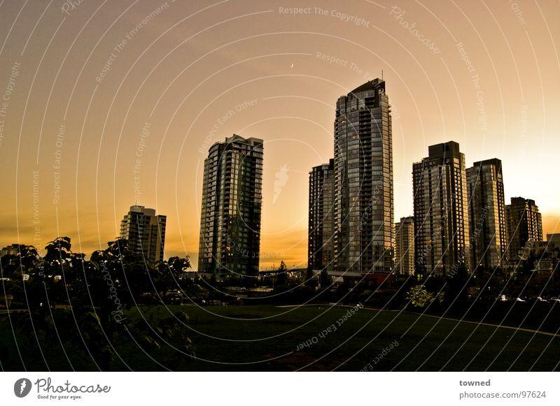 summer evening Sommer Stadt Vancouver Sonnenuntergang Himmel modern Skyline Hochhaus Klarer Himmel Wolkenloser Himmel Sonnenlicht Architektur