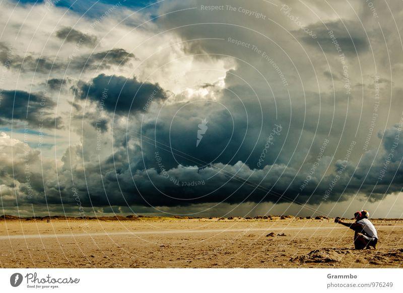 Drachenwetter Mensch 2 Himmel Wolken Gewitterwolken Horizont Klima Wetter schlechtes Wetter Unwetter Wind Regen Strand hocken blau gelb grau Lebensfreude Freude
