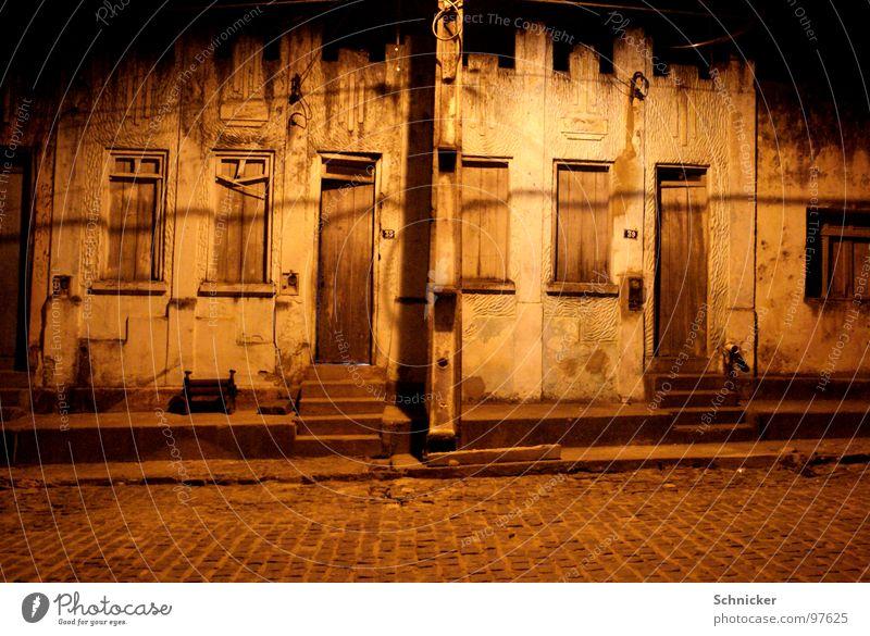 Geheimnissvolles Dorf Einsamkeit Straße dunkel Fenster Arme Tür einfach Dorf geheimnisvoll Brasilien Südamerika