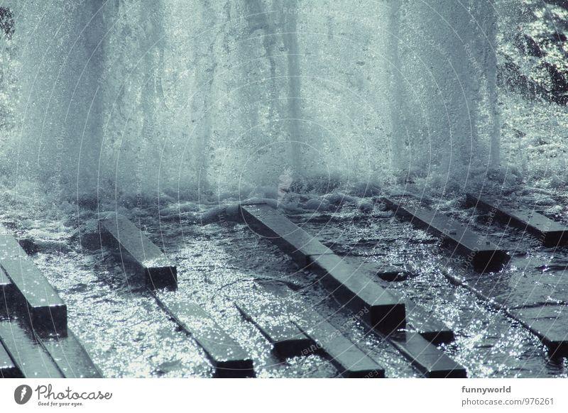 es sprudelt Stein Beton Wasser Tropfen Flüssigkeit frisch Gesundheit kalt nass Sauberkeit sprudelnd Springbrunnen Wasserfontäne Schwarzweißfoto Außenaufnahme