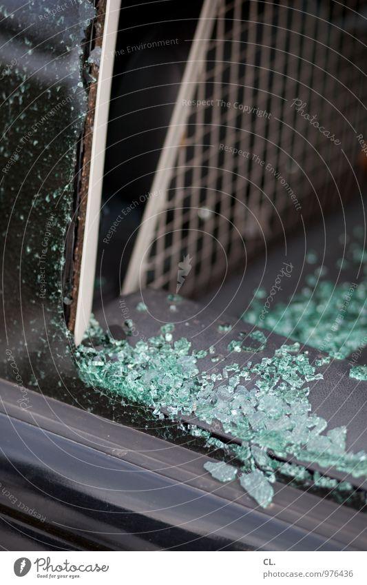 crash PKW Autofenster Scherbe Unfall Glas kaputt Angst gefährlich bedrohlich Missgeschick Sicherheit Zerstörung Farbfoto Außenaufnahme Menschenleer Tag