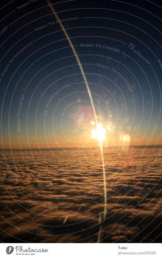 Lichtbogen über den Niederlanden Wolken Luftverkehr Götter Deutschland England Europa Unendlichkeit Wolkendecke über den Wolken dreckig Fenster Flugzeug
