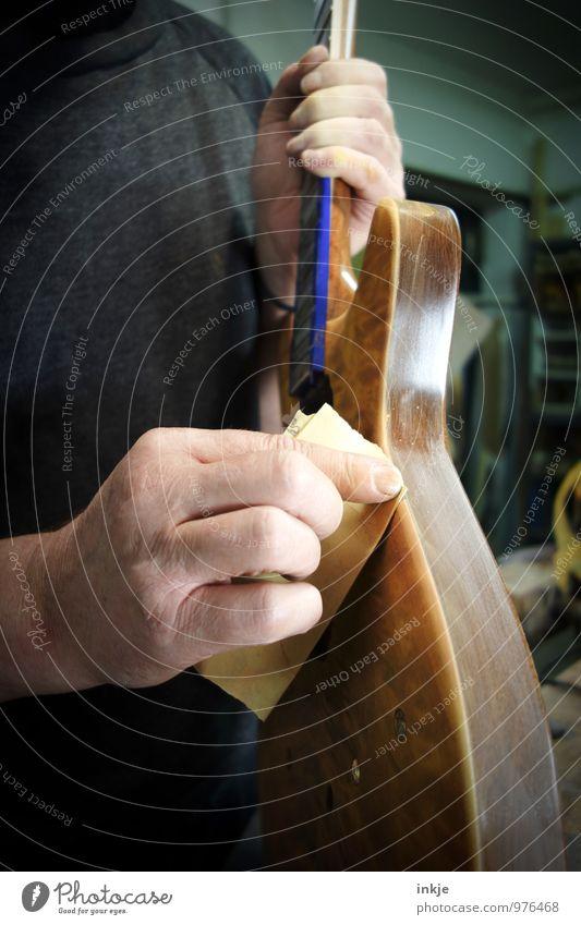 schleifen Arbeit & Erwerbstätigkeit Beruf Handwerker Tischler bassbauer Instrumentenbau Werkstatt Erwachsene 1 Mensch Schleifpapier Gitarre Elektrobass