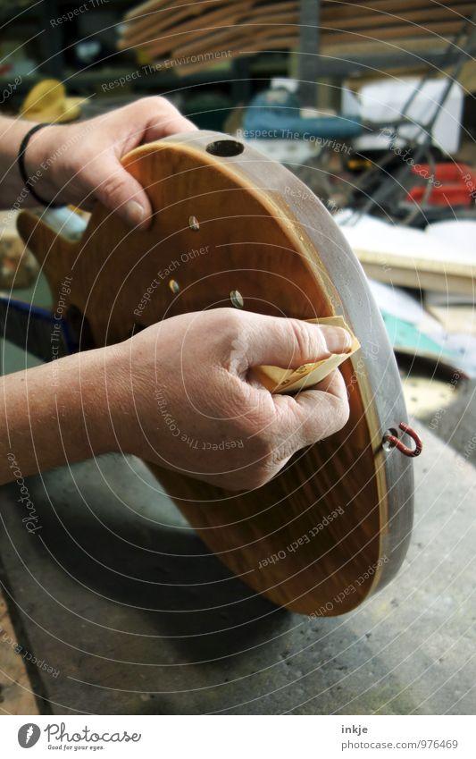 Feinschliff Arbeit & Erwerbstätigkeit Beruf Handwerker Instrumentenbau Tischler Werkstatt Schreinerei Erwachsene Leben 1 Mensch Gitarre Elektrobass Kreativität