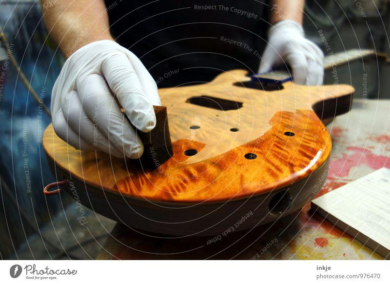 Handwerk Handwerker Schreinerei Werkstatt Instrumentenbau Erwachsene Leben 1 Mensch Elektrobass Gitarre Überzug Ölfarbe Handschuhe Holz machen authentisch