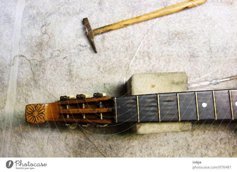 Mandoline Arbeit & Erwerbstätigkeit Beruf Handwerker Instrumentenbau Werkstatt Werkzeug Hammer Musikinstrument Laute alt braun Reparatur Farbfoto Innenaufnahme