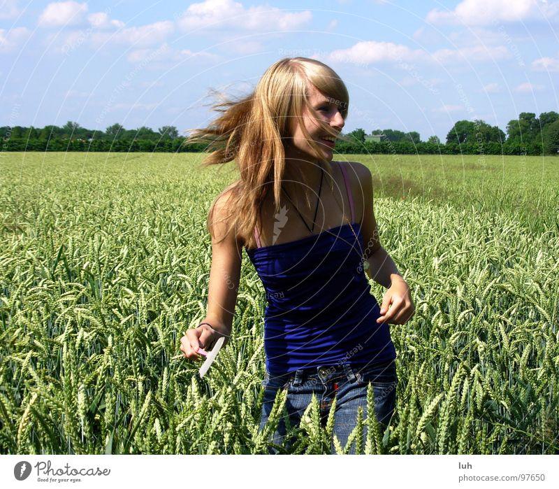 Hab ich dich endlich?! Wolken himmelblau Tier Insekt drohen wo Feld grün Weizen groß mehrfarbig drehen Schwung Mädchen Frau Ferne Jugendliche Himmel blue
