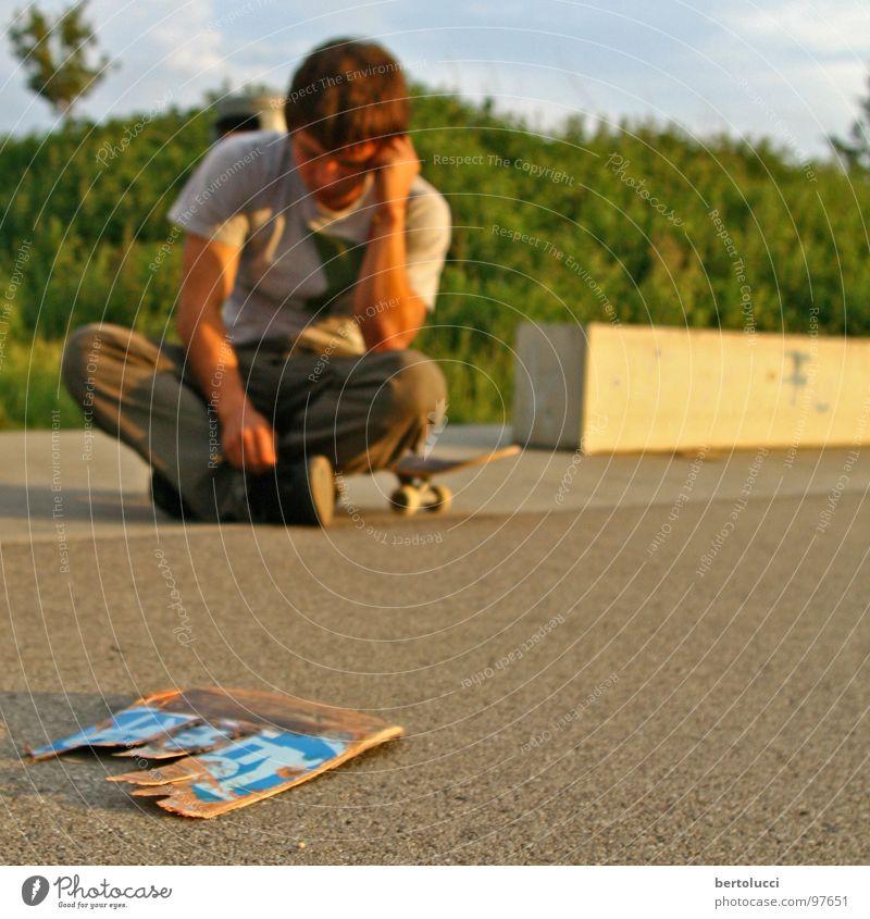 destroyed Jugendliche Denken Freizeit & Hobby Beton kaputt Trauer Schmerz Skateboarding gebrochen Holzbrett Zerstörung Funsport Parkdeck Holz