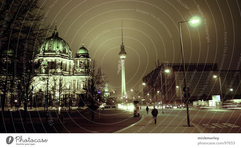 berlin deluxe Mensch Baum Stadt Straße dunkel Berlin Religion & Glaube Deutschland Turm Laterne Nacht Verkehrswege Belichtung gekrümmt Kuppeldach