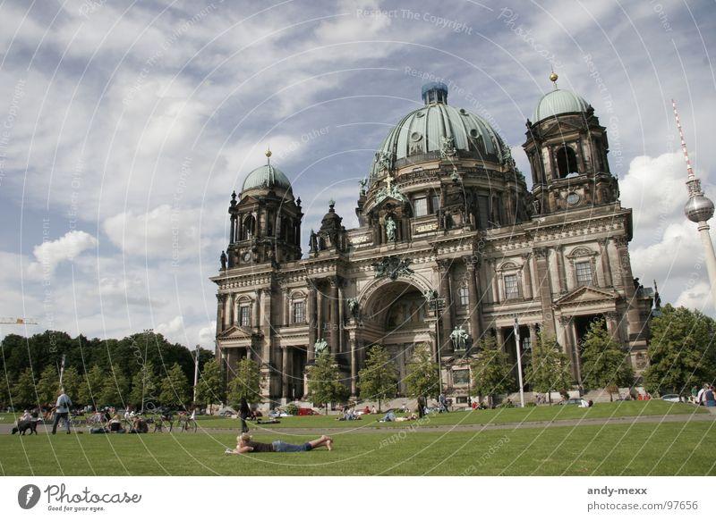 berliner blick beim chillen Erholung Lustgarten Wolken Aussicht Weitwinkel Verkehrswege Berlin Religion & Glaube evangelische kirche Rasen