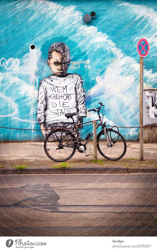 berechtigte Frage Kind Stadt blau Wand Straße Traurigkeit Gefühle Graffiti Mauer Fahrrad Kindheit Jugendkultur berühren Bürgersteig 8-13 Jahre türkis