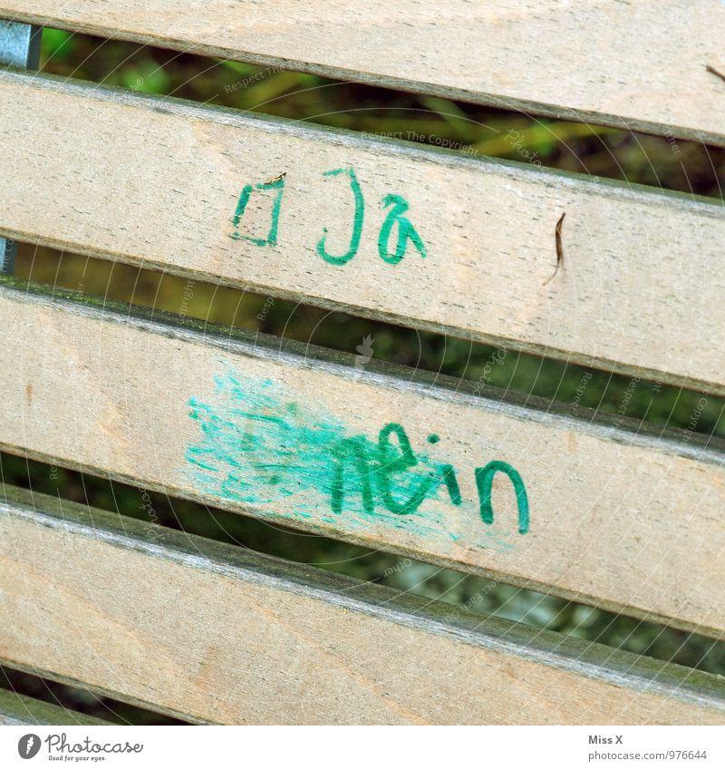 Guter Vorsatz Stuhl Park Holz Schriftzeichen Graffiti Gefühle Stimmung Zusammensein Liebe Verliebtheit Romantik Interesse Hoffnung Liebesaffäre ja nein