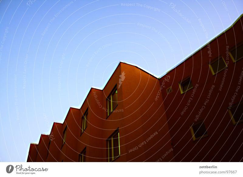 Abend Haus Fassade Fenster Fensterfront rot Neubau Baustelle Plattenbau Mieter Vermieter Wohnung Berlin Himmel schwedenrot mietspiegel Häusliches Leben