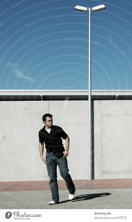 geh doch! Mann Kerl gehen Bewegung Lampe 2 Mauer Parkplatz Platz Hemd Hose Schuhe Sommer Wolken klein schön Beton Wand Abschied dommy laufen latern doppel cover