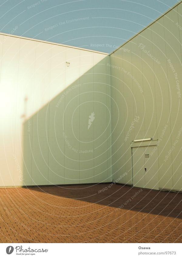 Blechkiste mit Eingang Himmel weiß Sonne blau rot Lampe Wand Stein Gebäude Industrie Ecke Backstein Lagerhalle Hinterhof