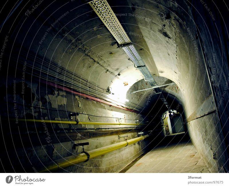 untergrund Tunnel Keller Untergrund geheimnisvoll Geheimgang Einsamkeit gruselig Regen Horrorfilm fremd Versorgung Schacht feucht kalt Kellergewölbe