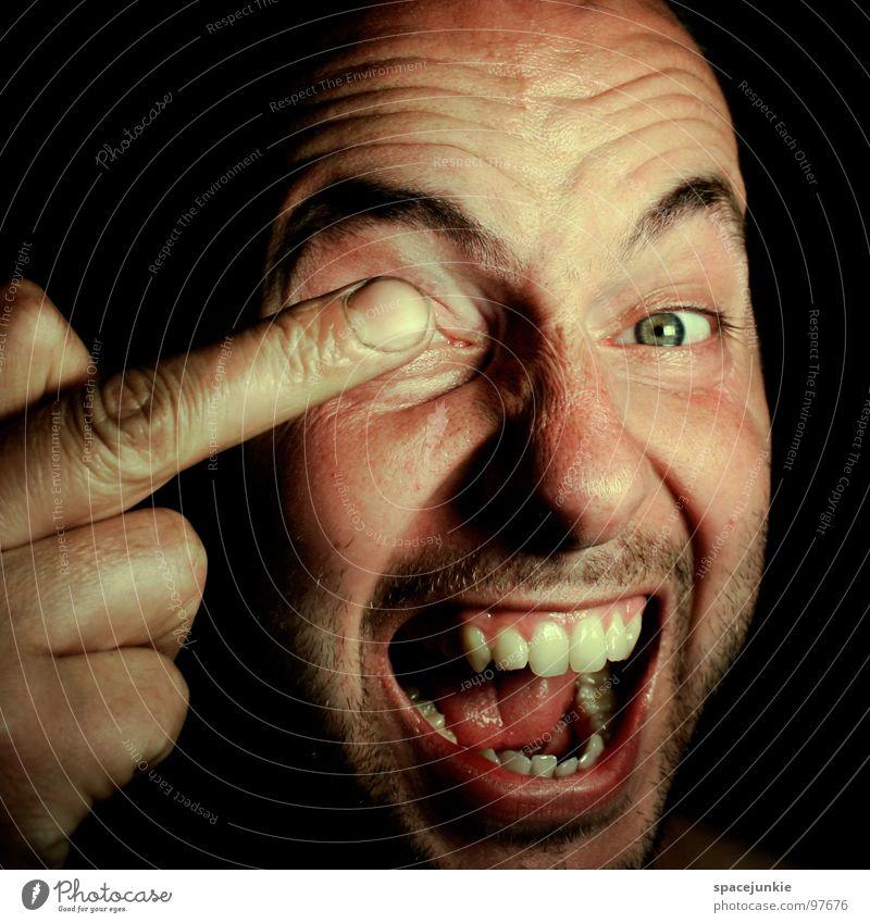 Mal ein Auge zudrücken Ärger böse Aggression Freak Porträt Wut Rüpel unfair Biest herzlos Grobian Gesicht Hand Finger Sprichwort Humor lustig skurril Freude