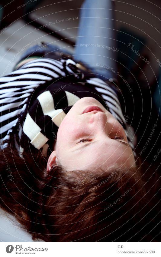 relax Frau Jugendliche blau Mädchen schwarz Gesicht Auge grau Haare & Frisuren braun Mund Nase liegen Tisch Jeanshose Lippen