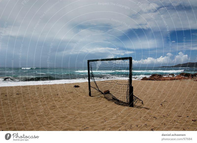 wo ist der Torwart ??? Himmel weiß Meer blau Sommer Strand Ferien & Urlaub & Reisen Wolken Einsamkeit Sand Fußball Wellen Hintergrundbild Horizont leer