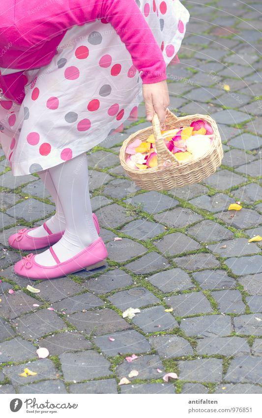 Blumenmädchen II Mensch Kind Hand Freude Mädchen feminin natürlich Feste & Feiern Beine Fuß rosa Familie & Verwandtschaft Körper Kindheit Schuhe