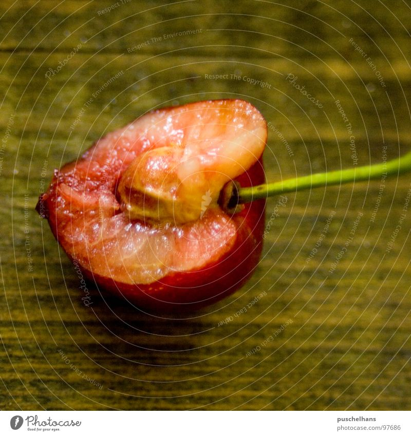 sweet summer Sommer Kirsche Holz Tisch rot braun grün lecker süß fruchtig Kerne Kirschkern Fruchtfleisch saftig frisch Makroaufnahme Nahaufnahme angebissen