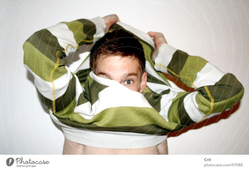 pull over Pullover Dressing Bad Hintergrundbild Haut Junge gestreift Streifenpullover entkleiden anziehen Blick in die Kamera Jugendliche 1 Stil Momentaufnahme