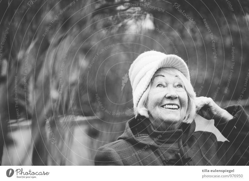 Oma freut sich. feminin Großmutter Senior Leben 1 Mensch 60 und älter Mantel Hut Mütze weißhaarig Lächeln lachen warten alt Freundlichkeit Fröhlichkeit positiv