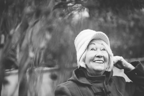 Oma freut sich. Mensch alt weiß schwarz Leben Senior feminin lachen Freizeit & Hobby Zufriedenheit 60 und älter warten Fröhlichkeit Lächeln Lebensfreude