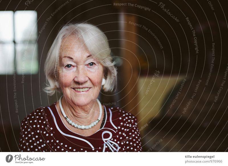 77 schön Leben Zufriedenheit feminin Weiblicher Senior Frau Großmutter 1 Mensch 60 und älter Accessoire weißhaarig alt authentisch seriös selbstbewußt
