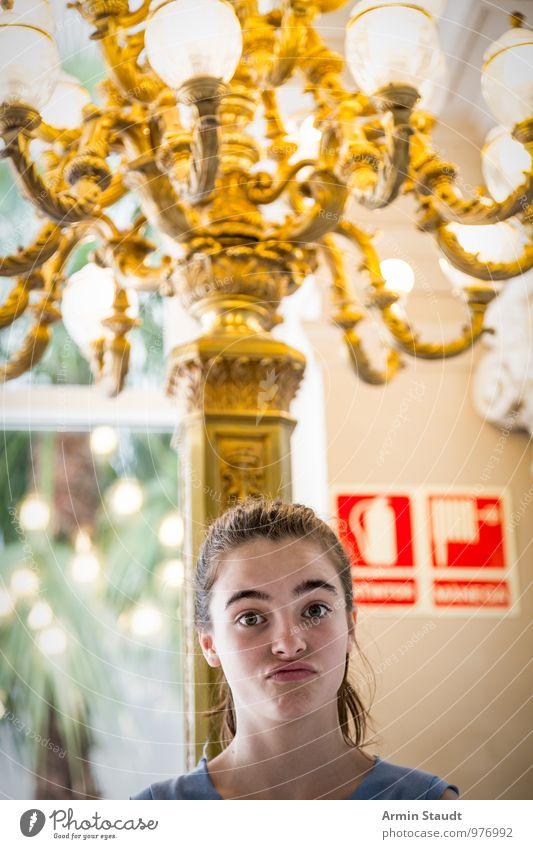 Mädchen unter Kronleuter Mensch Frau Kind Jugendliche schön Junge Frau Mädchen 18-30 Jahre Erwachsene Gesicht feminin Stil Lifestyle Design elegant Kindheit