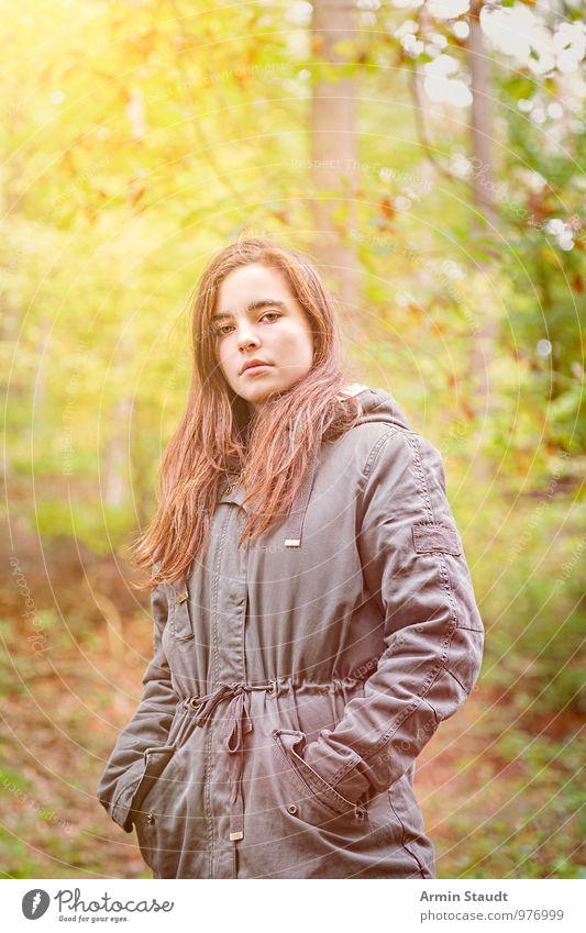 Porträt - Wald - Herbst Mensch Frau Kind Natur Jugendliche schön grün kalt Erwachsene gelb feminin natürlich Stil Freiheit