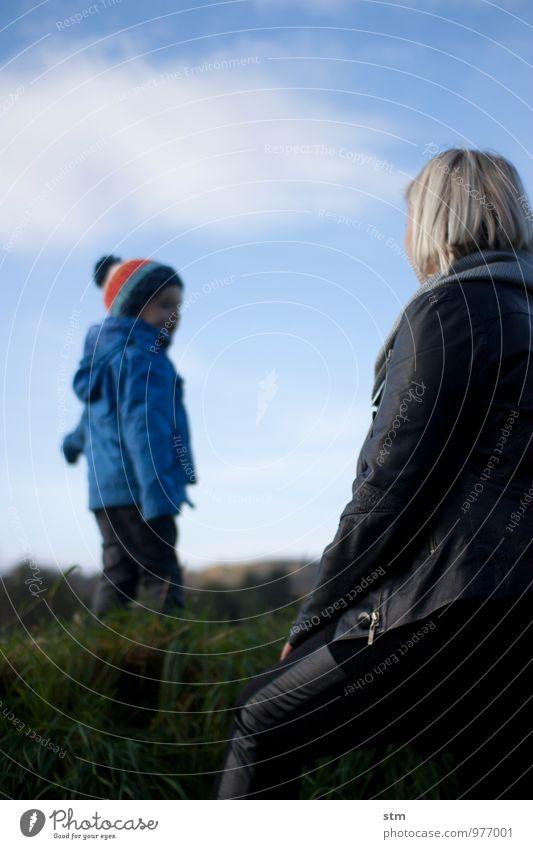spaziergang Mensch Frau Kind Natur blau Landschaft Ferne Umwelt Erwachsene Leben Herbst Wiese Junge sprechen natürlich Freiheit