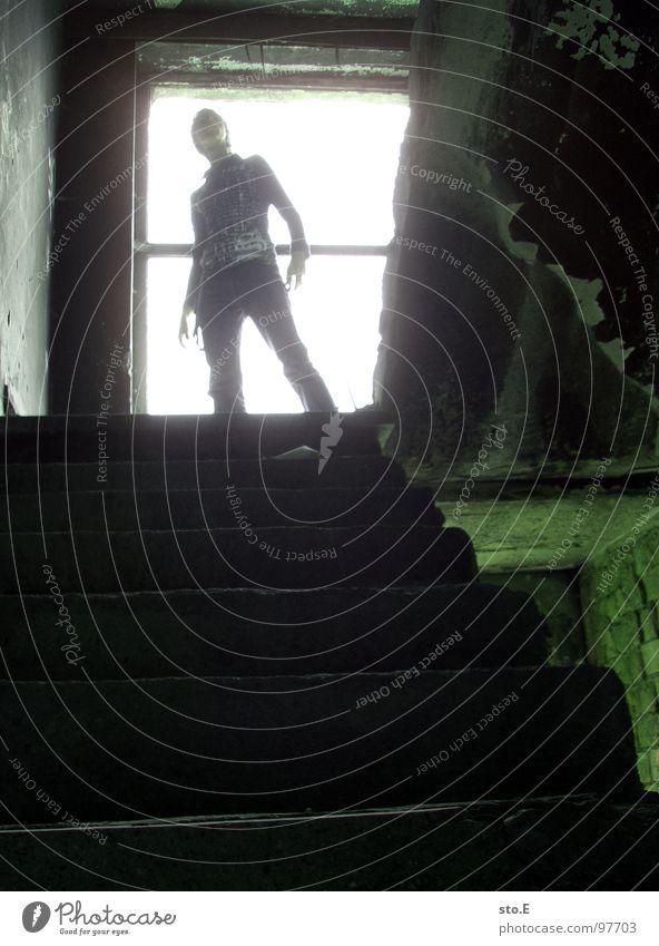 final enemy@expedition Mensch weiß grün Haus schwarz Lampe dunkel Wand Fenster Mauer hell Angst gehen Treppe Ecke gefährlich