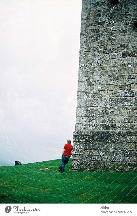 allein rot grün grau Winter Trauer Verzweiflung Burg oder Schloss Einsamkeit Gras kalt Blick Kontrast Landschaft Wiese Burgmauer Schlossmauer einzigartig Wolken