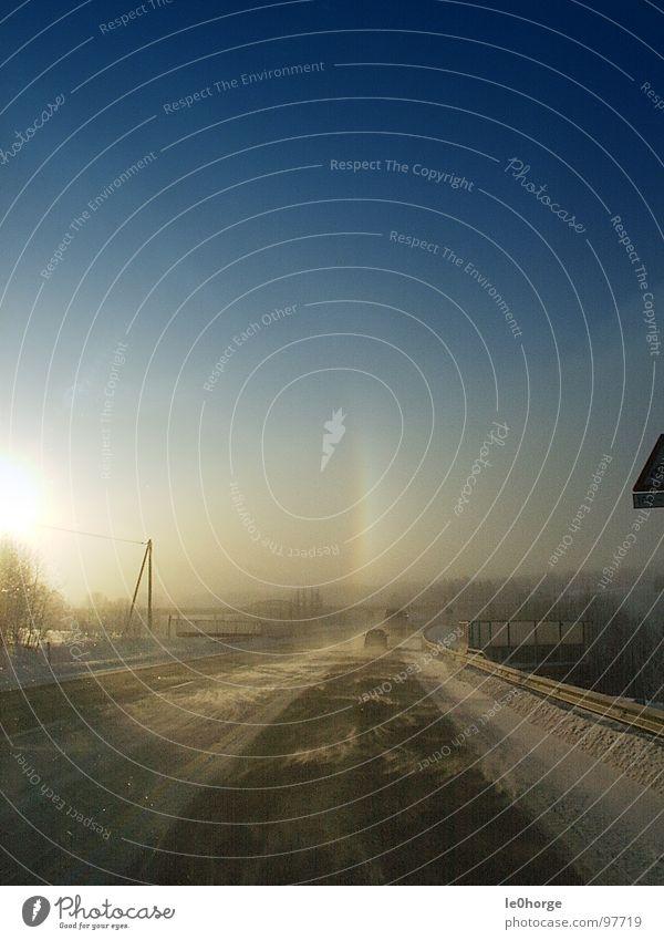 Kalter Heimweg Sonne Winter Ferne Straße kalt Schnee Landschaft Eis Wind Sturm Autobahn frieren Verkehrswege Fernweh Heimat Heimweh