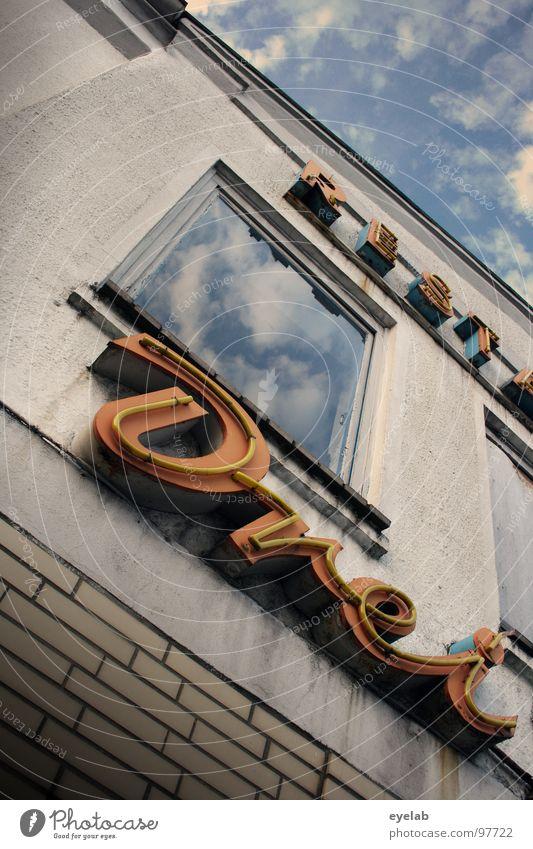 REST : DREI 3 Restaurant Bar Café Hotel geschlossen verfallen Haus Gebäude Typographie Buchstaben Fenster Motel Wolken Tag Froschperspektive Neonlicht Werbung