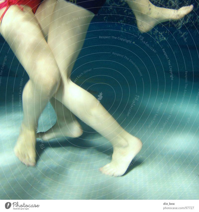 das gemeine Vielbein Schwimmbad Kind Badehose tauchen nass nackt kämpfen Spielen Wasser Fliesen u. Kacheln Beine rangeln Schwimmen & Baden
